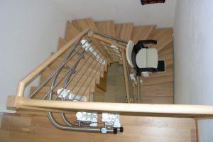 Treppenlift als Innenläufer an der Innenseite der Kurve montiert