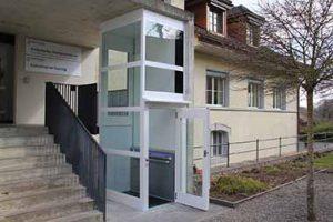 Senkrechter Aussenlift als behindertengerechter Zugang zu öffentlichem Gebäude