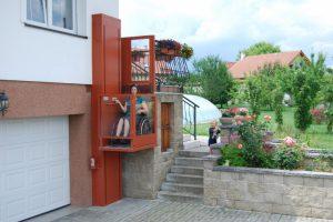Hebebühne für Rollstuhl bei Einfamilienhaus für behindertengerechten Zugang über den Balkon