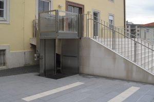 Rollstuhl-Hublift bei öffentlichem Gebäude aussen