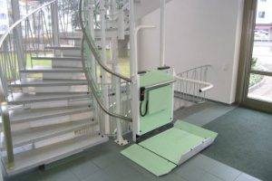 Rollstuhllift für Treppen in öffentlichen Gebäuden