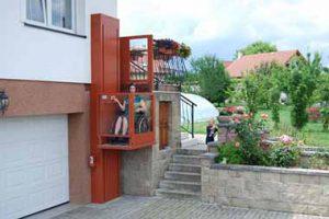 Plattformlift für Rollstuhl ohne Schacht aussen bei Wohnhaus