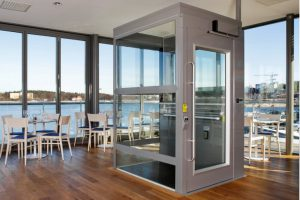 Senkrecht-Plattformlift für Rollstuhl innen Geschäftshaus