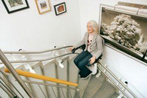 Treppenlift über 2 90 Grad Kurven im Wohnhaus