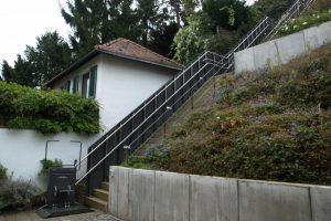 Treppenlift über Aussentreppe bei Reihenhaus in Hanglage