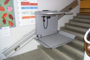 Treppenlift Rollstuhl mehrere Stufen über ein Stockwerk