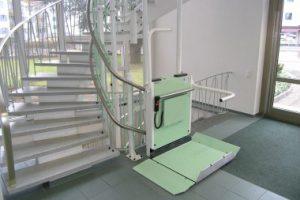 Treppenlift mit Plattform für Rollstuhl in öffentlichen Gebäuden