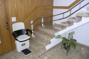 Treppenlift für schmale Treppen in Mietshaus