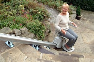 Aussenlift über Treppe im Garten, Ausführung als Sitzlift