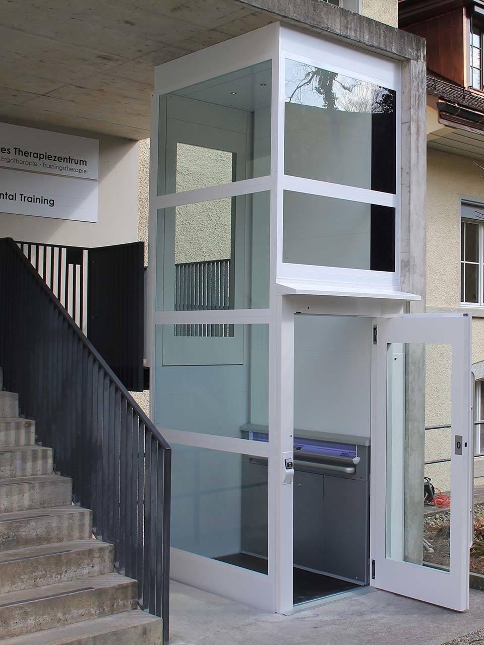 Barrierefreier Zugang Klinik mit Aussenlift