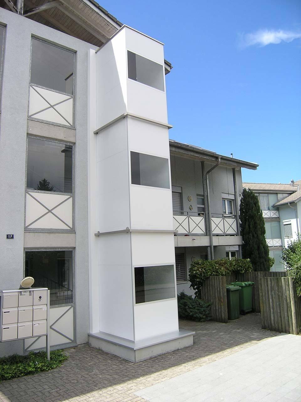 Nachräglich angebauter Lift bei Mehrfamilienhaus