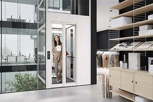 Senkrechtlift mit Kabine im Innenbereich von Bürogebäude