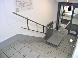 Schritt 3: Die Plattform ist gesichert, der Sicherheitsbügel geschlossen. Der Lift ist bereit zur Fahrt.