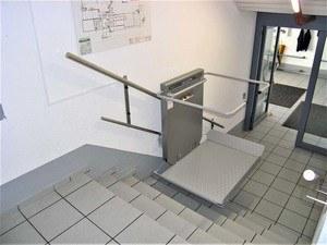 Schritt 4: Der Rollstuhllift bewegt sich sanft und geräuschlos über die Treppe.