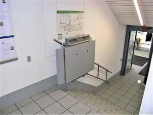 Schritt 6: Der Rollstuhllift in der oberen Warteposition, komplett geschlossen für minimalen Platzbedarf.