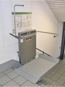 Plattformtreppenlift PLG7 in Firmengebäude