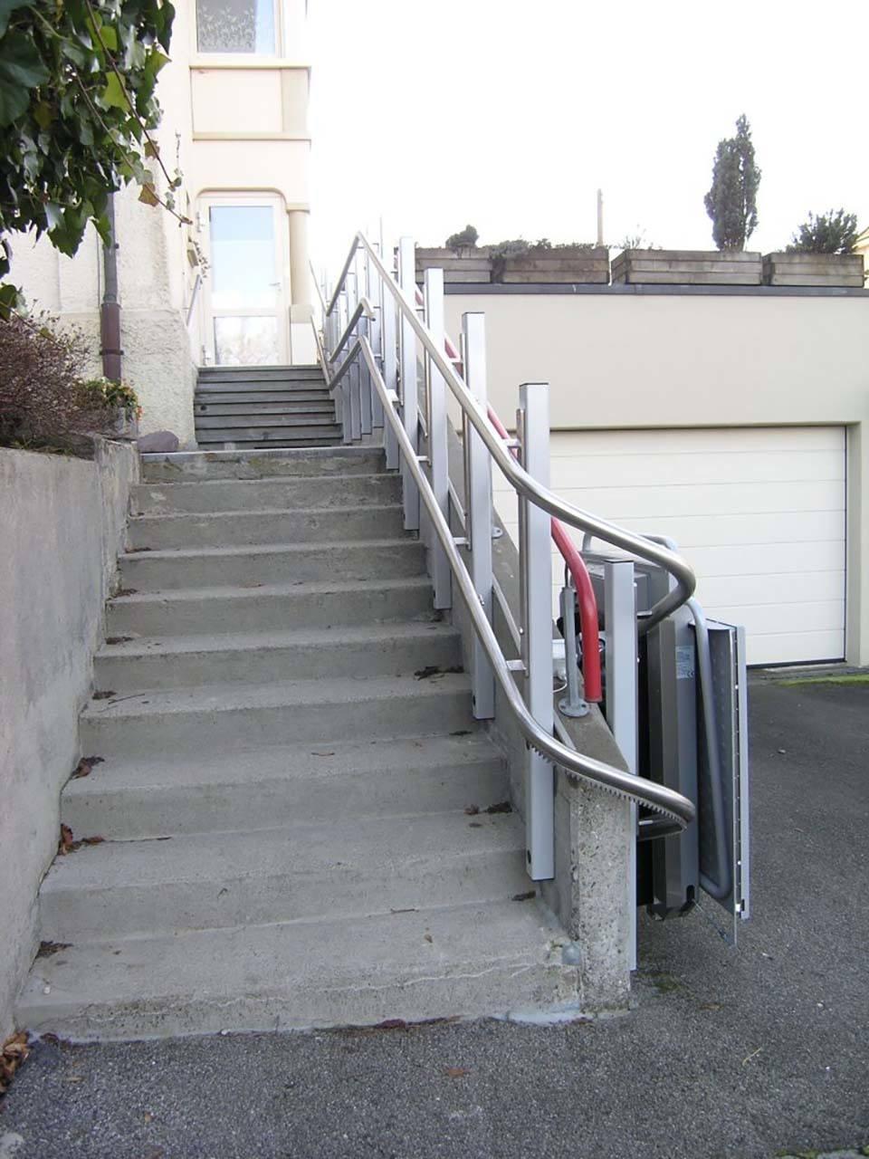 Rollstuhllift PLK8 über Aussentreppe eines Einfamilienhauses