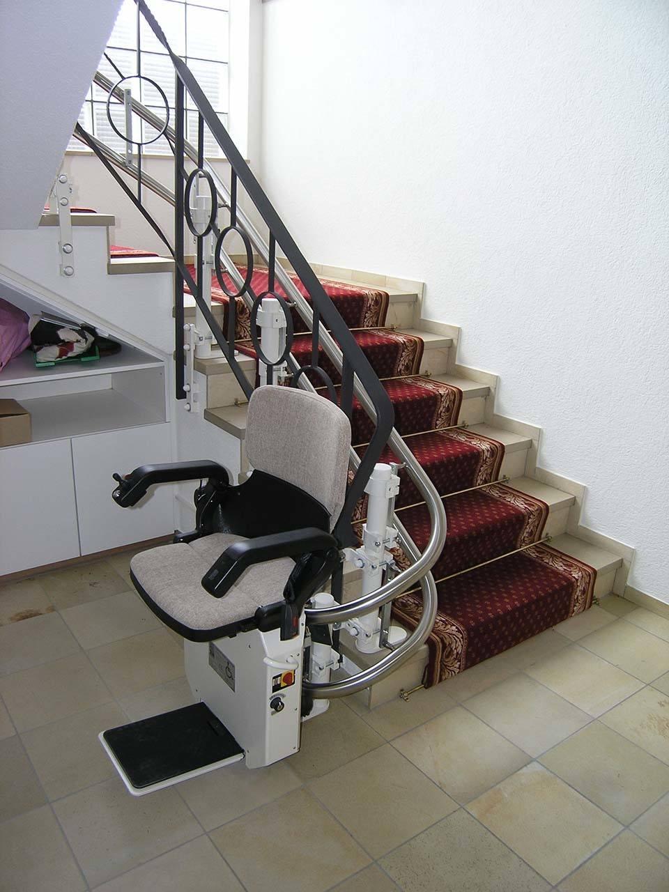 Treppenlift auf Natursteintreppen ohne Bohren Einfamilienhaus