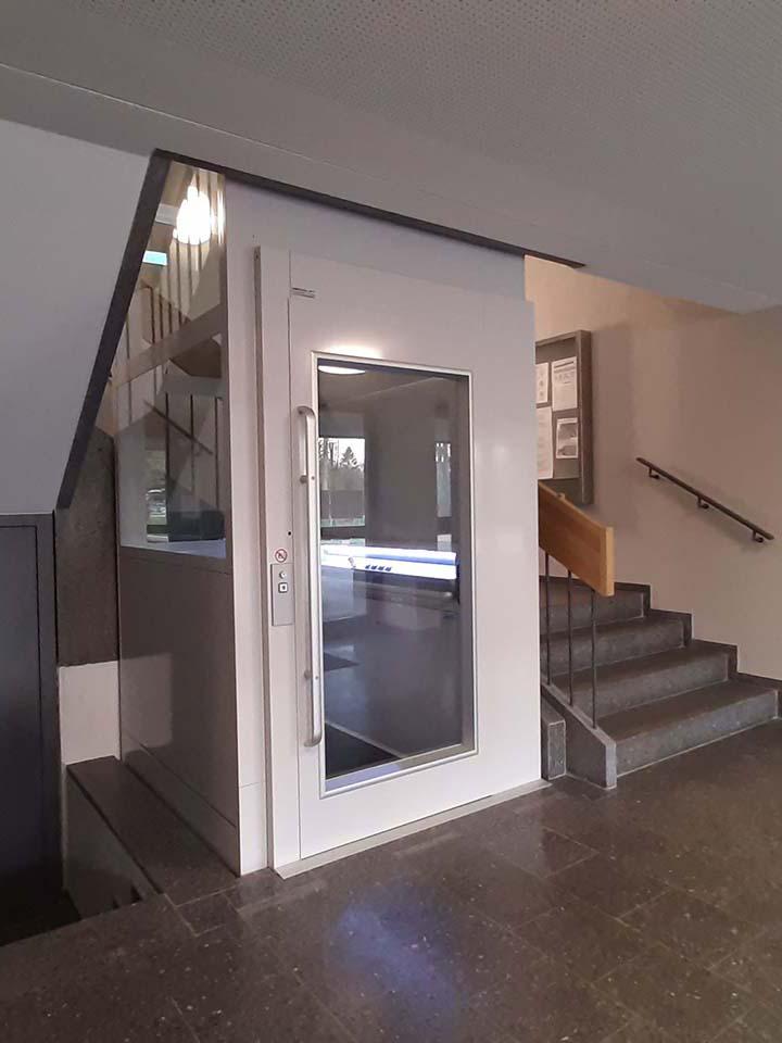 Im Schulhaus Looren in Zürich wurde nachträglich ein Senkrechtlift eingebaut