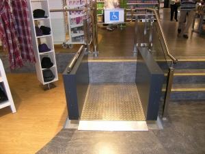 Hebebühne H450 für Rollstuhl, behindertengerechter Zugang zu Ladenlokal im Innenbereich