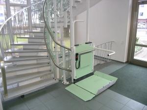 Plattformlift für Rollstuhl Hiro 320, mehrere Etagen über Treppen mit Kurven, Haltestelle unten offen