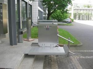 Plattformlift aussen, behindertengerechter Zugang zu öffentlichem Gebäude, über 3 Stufen, bauseitige Fundamente unter Pflastersteinen