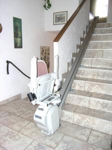Treppenlift innen, Montage ohne Stufen anzubohren, Sitzlift geschlossen