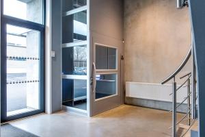 Warenlift ohne Unterfahrt in öffentlichem Gebäude, Nachrüstung, Liftschacht teilweise verglast