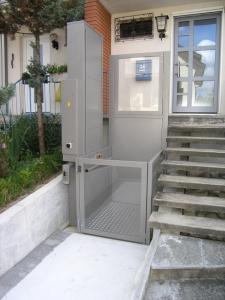 Hebelift für Rollstuhl Alpin Z300 bei Einfamilienhaus aussen, untere Haltestelle, Türe geschlossen