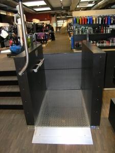 Hublift H450 innen für Rollstuhl, behindertengerecht, Hebeplattform aus Edelstahl, in Einkaufszentrum