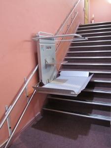 Plattformlift PLG7 mit Klappsitz, Wandmontage für minimalen Platzbedarf, Lift während der Fahrt