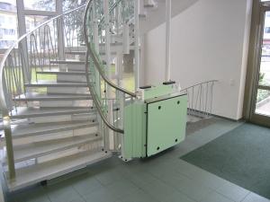 Rollstuhllift mit Plattform Hiro 320, mehrere Etagen über Treppen mit Kurven, Haltestelle unten geschlossen