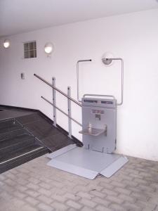 Rollstuhllift PLG7 im Aussenbereich über 4 Stufen, Stützenmontage auf schräger Ebene, Klappsitz an Rückwand
