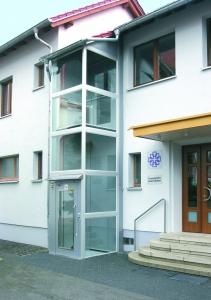 Senkrechtlift Kalea A4 aussen, nachträglicher Anbau an Kirchgemeindehaus, verglast