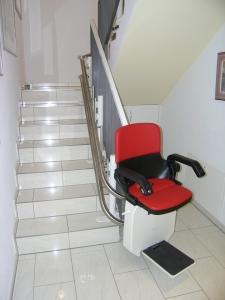 Treppensitzlift Innenläufer im Wohnhaus, Sitzift während Kurvenfahrt