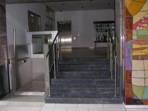 Hebelift H450 aussen für Rollstuhl, Nullbarriere, Zugang zu öffentlichem Gebäude
