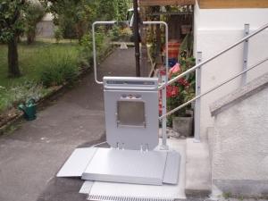 Plattformlift PLG7 für Rollstuhl, Steintreppe im Aussenbereich, Stützen auf Treppe und bauseitige Fundamentplatte