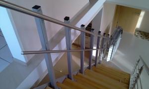 Plattformlift PLG7 auf schmaler Holztreppe, Stützenmontage auf den Treppenstufen