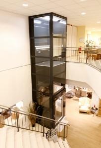Senkrechtlift in Gewerbegebäude, ohne Unterfahrt und ohne Überfahrt, Liftschacht verglast