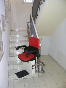Treppenlift innen, Montage ohne bohren der Stufen, Sitzlift während Fahrt