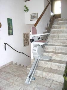 Treppenlift gerade im Innenbereich, über 1 Etage, Sitzlift während der Fahrt