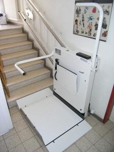 Plattformlift für Rollstuhlfahrer im Innenbereich, Mehrfamilienhaus, mit geschlossenem Klappsitz