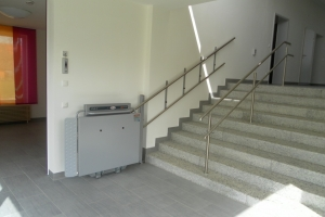 Rollstuhllift PLG7, Wandmontage, untere Haltestelle, Plattform geschlossen