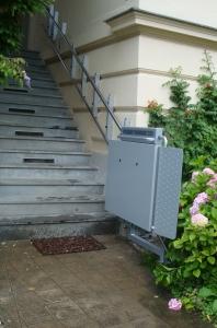 Rollstuhllift über lange Aussentreppe, Spezialstützen gebraucht, komplizierte Wand- und Stützenmontage