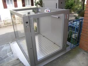 Hebelift für Rollstuhlfahrer im Aussenbereich von EFH, obere Haltestelle, Türe geschlossen