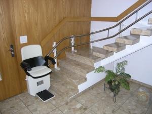 Sitz-Treppenlift, Montage ohne bohren der Stufen, Wandmontage der aufgestellten Stützen