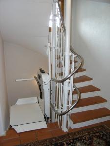 Plattformlift für Rollstühle Hiro 320 in einem Einfamilienhaus, Haltestelle seitlich nach 180°-Kurve
