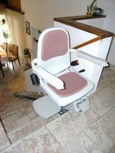 Treppenlift innen, Montage ohne Anbohren der Treppenstufen, Sitzlift oben 90° ausgedreht