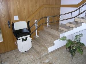 Treppenlift, Montage ohne bohren der Stufen, Sitzlift untere Haltestelle platzsparend zusammengeklappt