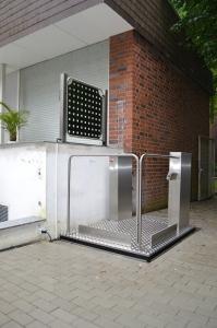 Hebebühne MB1800 für Rollstuhl, barrierefreier Zugang übers Eck, Aussenbereich bei Einfamilienhaus